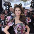 Bianca Balti, habillée d'une robe Dolce & Gabbana, pose sur le tapis rouge du Palais des Festivals pour la projection du film Lawless. Cannes, le 19 mai 2012.