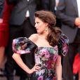 Bianca Balti, habillée d'une robe Dolce & Gabbana, pose à l'entrée du Palais des Festivals pour la projection du film Lawless. Cannes, le 19 mai 2012.