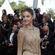 Barbara Palvin, divine dans sa robe haute couture Valentino, électrise les photographes à l'entrée du Palais des Festivals lors de sa montée des marches. Cannes, le 19 mai 2012.