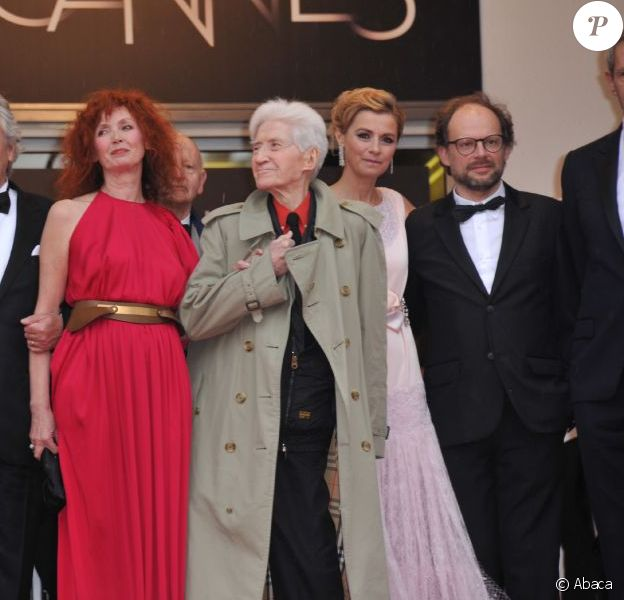 L'équipe du film Vous N'avez encore rien vu sur le tapis rouge du Palais des festivals avant la projection du long-métrage en compétition officielle, le 21 mai 2012.