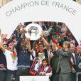 """""""Les joueurs du Montpellier HSC peuvent enfin soulever le trophée de champion de France de Ligue 1 le 21 mai 2012 acquis la veille"""""""