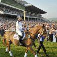 Zara Phillips était la dernière relayeuse de la torche olympique au 5e jour de son périple, le 23 mai 2012, portant la flamme à l'hippodrome de Cheltenham en selle sur Toytown, cheval adoré avec lequel elle était devenue championne du monde de concours complet en 2006.