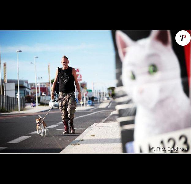 Benoît Poelvoorde et un chien dans Le Grand Soir