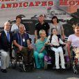 Le prince Albert et Charlene le 26 mai 2012 ont pris la pose avec des personnes handicapées à l'occasion du Grand Prix de Monaco