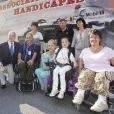 Le prince Albert et Charlene sont allés rencontrer des personnes handicapées dans le paddock du Grand Prix de Monaco le 26 mai 2012