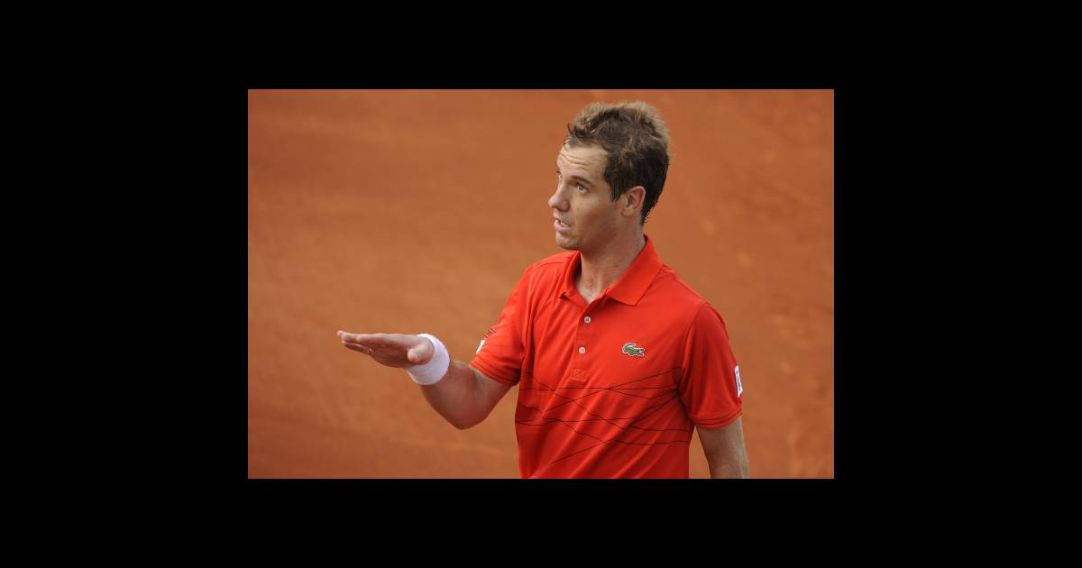 richard gasquet au bout de l 39 puisement lors de son match face grigor dimitrov le 31 mai 2012. Black Bedroom Furniture Sets. Home Design Ideas