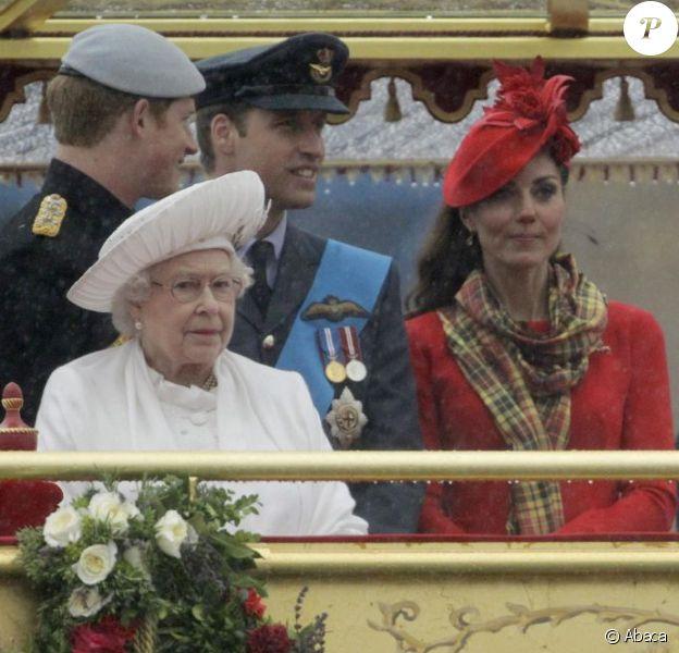 Kate Middleton a pris un risque... Elizabeth II avait réuni autour d'elle sur la barge royale Spirit of Chartwell le duc d'Edimbourg, le prince Charles et Camilla Parker Bowles, le prince William et Catherine, duchesse de Cambridge (Kate Middleton), et le prince Harry, pour la parade fluviale sur la Tamise du jubilé de diamant, le 3 juin 2012.