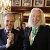 Donald Sutherland superbement médaillé au Fouquet's auprès de Lambert Wilson
