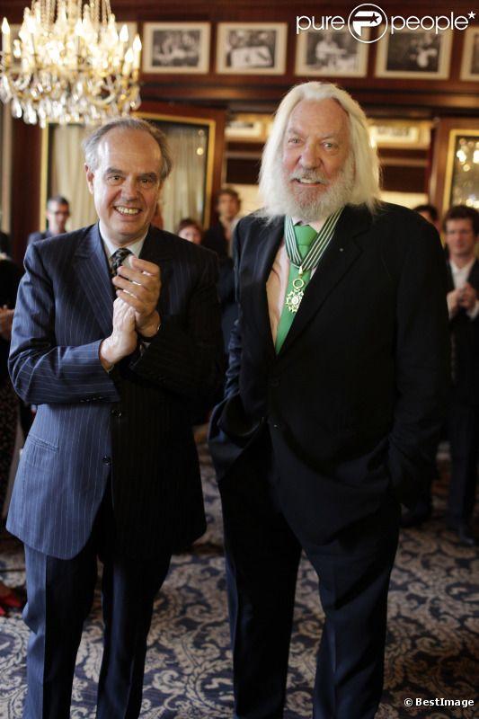EXCLU. Donald Sutherland reçoit la médaille des arts et des lettres au rang de commandeur par Frédéric Mitterrand lors du Champs-Elysées Film Festival au Fouquet's à Paris le samedi 9 juin 2012
