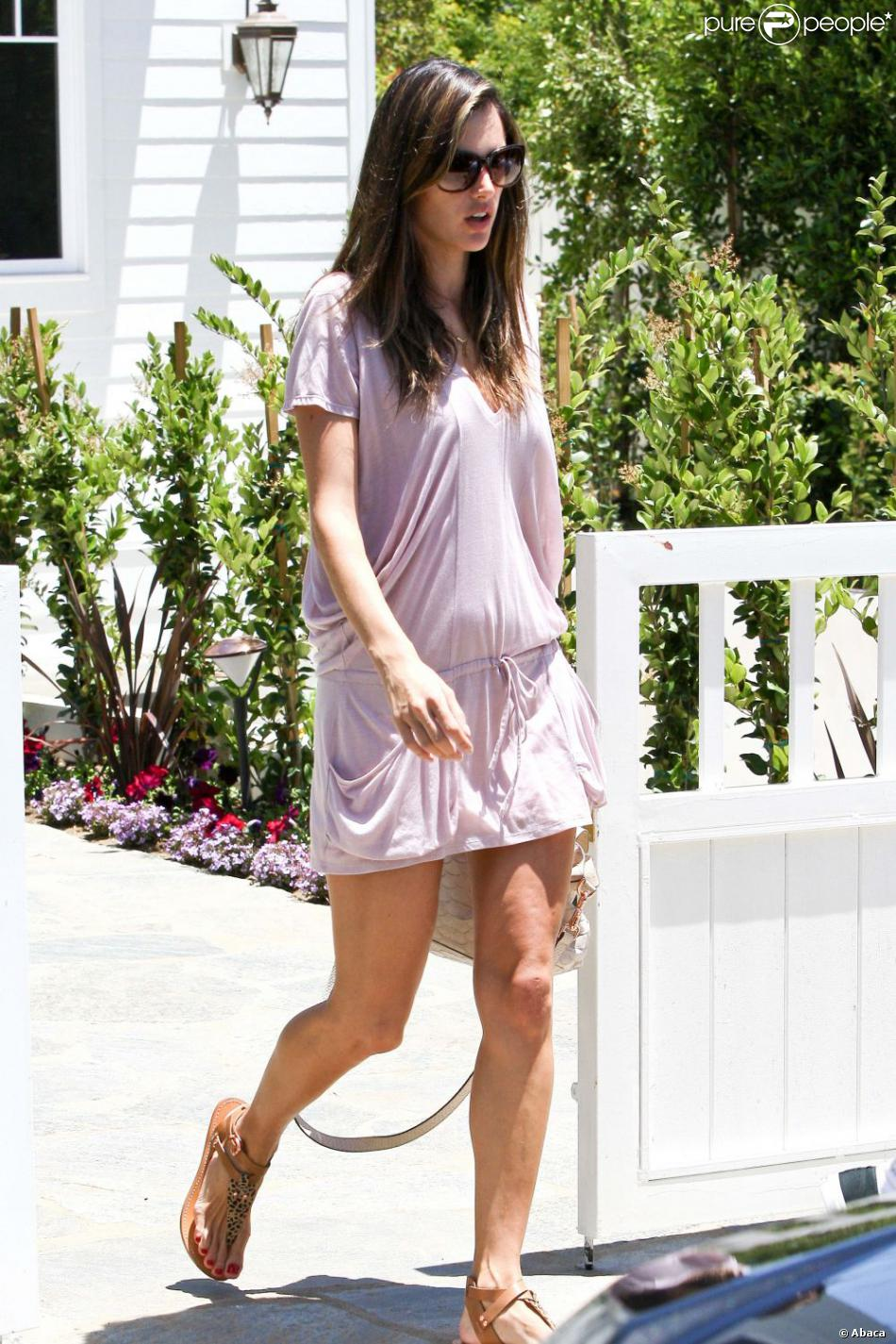 alessandra ambrosio visite une maison dans le quartier de brentwood avec son fianc jaime mazur. Black Bedroom Furniture Sets. Home Design Ideas