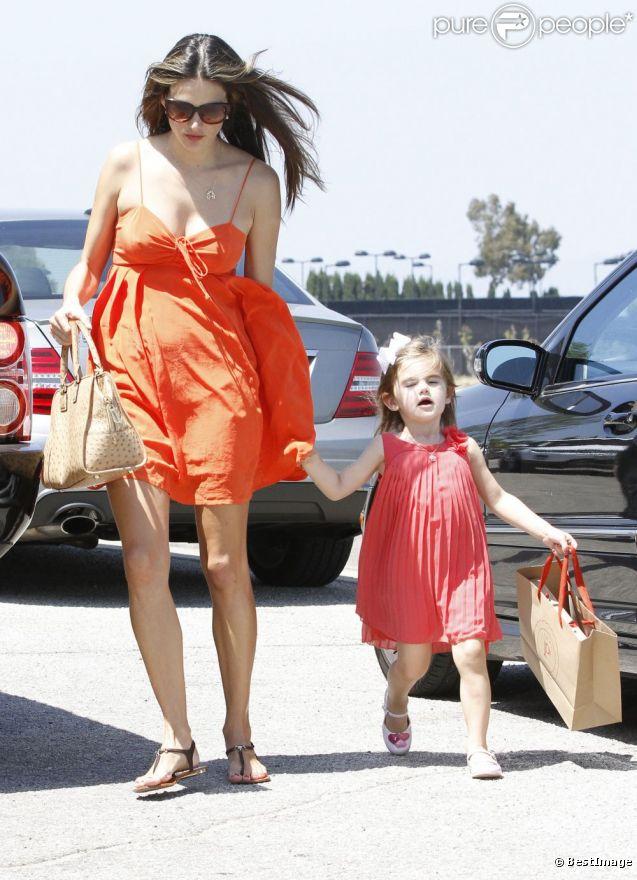 Alessandra Ambrosio et sa fille Anja, joliment assorties pour se rendre à une petite fête. Los Angeles, le 9 juin 2012.