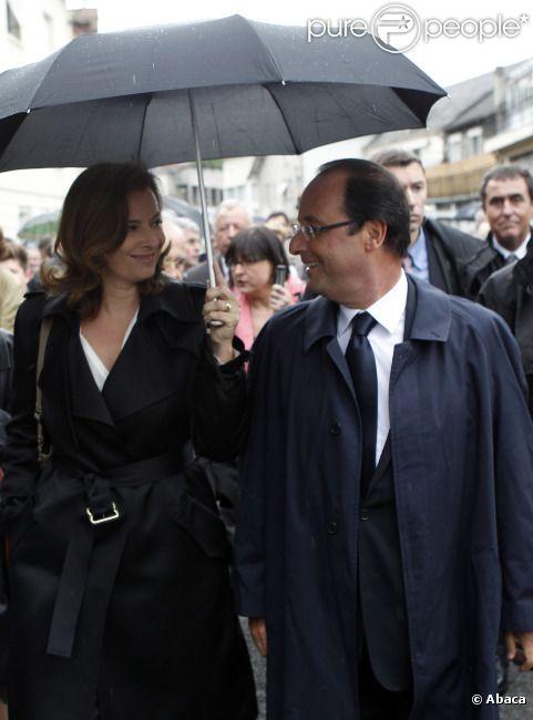 Le président de la république Francois Hollande et sa compagne Valérie Trierweiler : regards complices et sourires tendres lors de la marche en hommage aux martyrs du nazisme à Tulle dans le sud de la France le 9 juin 2012
