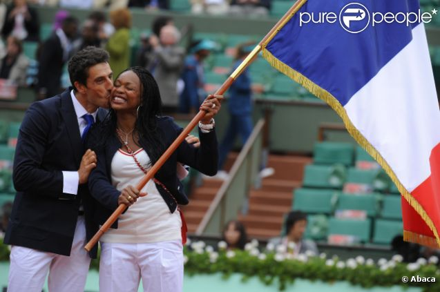 Laura Flessel reçoit le drapeau tricolore en vue de la cérémonie d'ouverture des Jeux olympiques de Londres le 10 juin 2012 à Roland-Garros