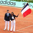Tony Etanguet remet à Laura Flessel le 10 juin 2012 le drapeau français, elle qui sera porte-drapeau de la délégation tricolore à Londres en juillet prochain