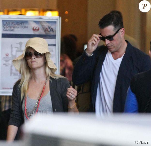 Reese Witherspoon et son mari Jim Toth arrivent à l'aéroport de Los Angeles le 10 juin 2012