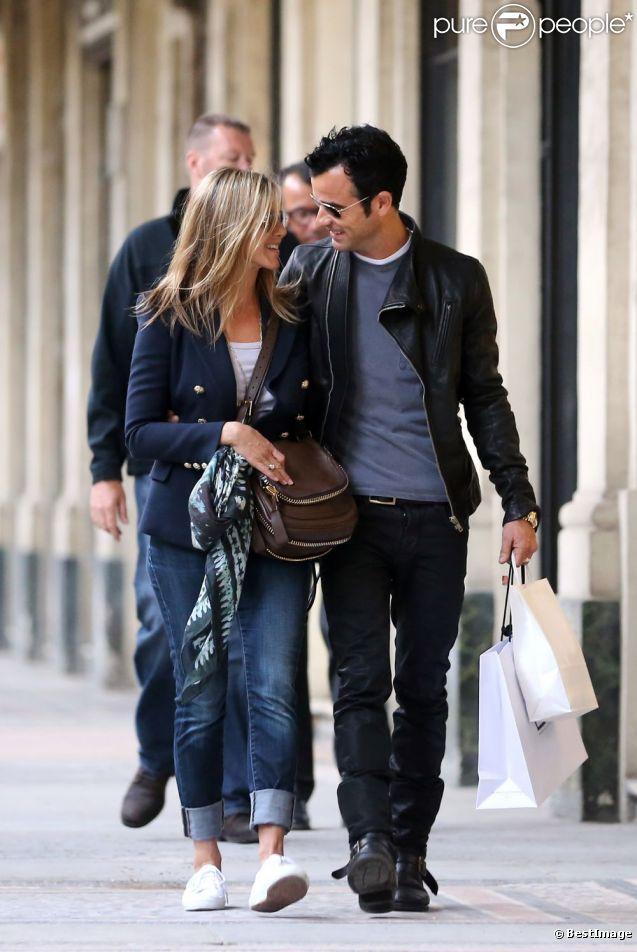Jennifer Aniston et Justin Theroux font du shopping en amoureux sous les arcades du Palais-Royal. Paris, le 11 juin 2012.