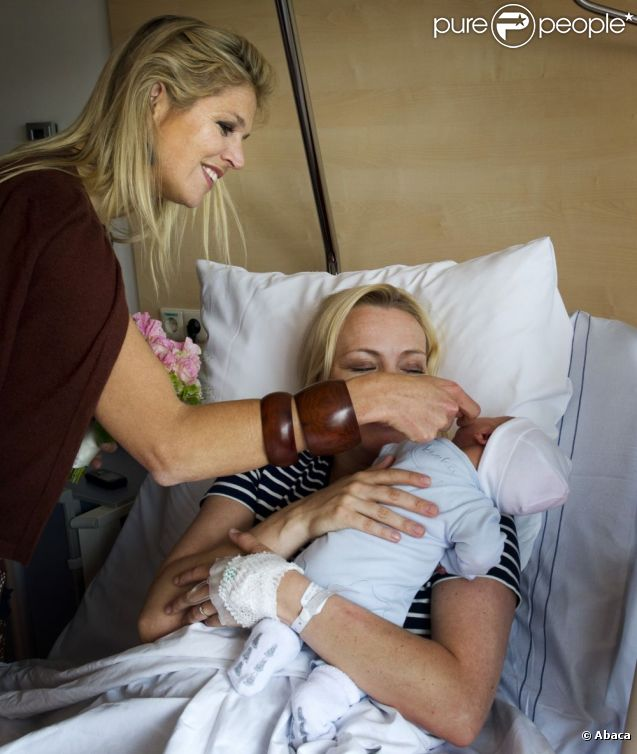 La fibre maternelle, cinq ans après son dernier accouchement à l'hôpital Bronovo, est toujours bien présente... La princesse Maxima des Pays-Bas inaugurait le 8 juin 2012 le centre mère-enfant de la maternité de l'hôpital Bronovo de La Haye, où elle-même a donné naissance à ses trois filles - Catharina-Amalia (2003), Alexia (2005), Ariane (2007).