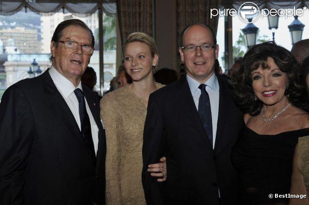 Albert et Charlene de Monaco entourés de Roger Moore et Joan Collins au dîner du Club des Ambassadeurs, organisé à l'Hôtel de Paris à Monaco, le 12 juin 2012.