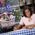 Michelle Obama signe son livre sur le potager de la Maison Blanche dans une librairie de Washington, le 12 juin 2012.