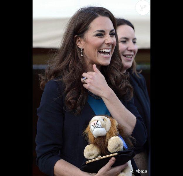 La somptueuse Kate Middleton a accueilli 150 enfants issus de l'une de ses associations caritatives, The Art Room, au théâtre. Était jouée la pièce The Lion, the Witch and The Wardrobe de C.S Lewis à Londres, le 15 juin 2012