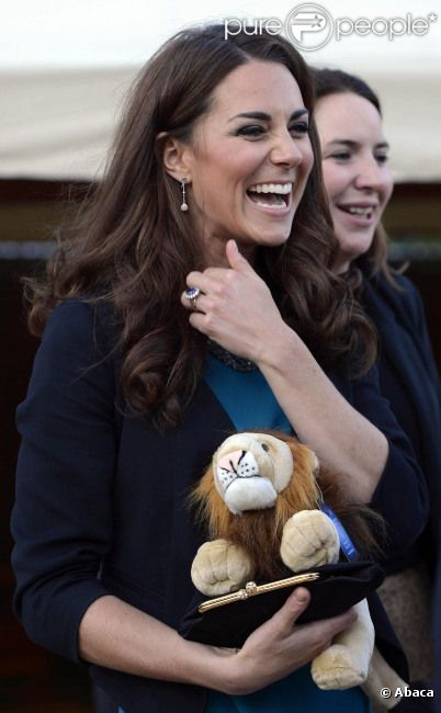 La somptueuse Kate Middleton a accueilli 150 enfants issus de l'une de ses associations caritatives, The Art Room, au théâtre. Était jouée la pièce The Lion, the Witch and The Wardrobe de C.S Lewis à Londres, le 15 juin 2012