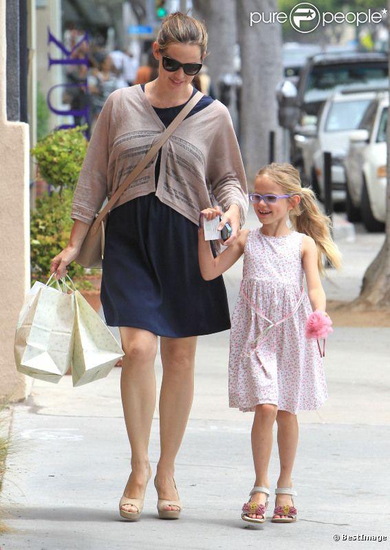 Jennifer Garner et sa fille Violet font du shopping à Santa Monica, le 16 juin 2012