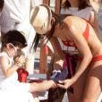 Elisabetta Gregoraci et son fils Falco à Spiaggia, le 17 juin 2012.