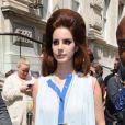 Lana Del Rey affiche une coiffure très particulière lorsqu'elle quitte son hôtel à Londres le 24 juin 2012
