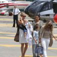 C'est le départ ! Kate Hudson et Matthew Bellamy, avec leur fils Bingham, ont passé quelques jours sur le yacht de l'homme d'affaires Philip Green, le 25 juin 2012 à Saint-Tropez : ils quittent l'endroit de rêve et le port de Monaco pour rejoindre leur hélicoptère