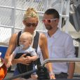 Kate Hudson et Matthew Bellamy qui arbore de belles lunettes, avec leur fils Bingham, ont passé quelques jours sur le yacht de l'homme d'affaires Philip Green, le 25 juin 2012 à Saint-Tropez