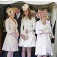 La comtesse Sophie de Wessex avec Kate Middleton et Camilla Parker Bowles lors de la procession de l'ordre de la jarretière le 18 juin 2012.