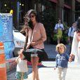 Camila Alves dans les rues de New York profite d'une belle journée pour se balader avec ses enfants Levi et Vida. Le 27 juin 2012