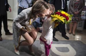 Princesse Mathilde : Elégante, elle a partout de jeunes fans émerveillés