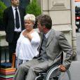 Mimie Mathy et l'acteur Philippe Caroit sur le tournage de Joséphine, Ange gardien, à Paris, le 19 juin 2012