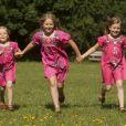 La princesse Catharina-Amalia entraîne ses jeunes soeurs, Ariane et Alexia.   Le prince Willem-Alexander et le princesse Maxima des Pays-Bas, comme chaque année, ont pris la pose avec leurs filles les princesses Catharaina-Amalia, Alexia et Ariane, désormais âgées de 8, 7 et 5 ans, pour fêter l'arrivée des vacances d'été. Le 7 juillet 2012, la séance photo a eu lieu dans le parc de la résidence familiale à Wassenaar, la villa Eikenhorst.