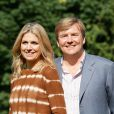 Une photo en amoureux pour le couple princier. Le prince Willem-Alexander et le princesse Maxima des Pays-Bas, comme chaque année, ont pris la pose avec leurs filles les princesses Catharaina-Amalia, Alexia et Ariane, désormais âgées de 8, 7 et 5 ans, pour fêter l'arrivée des vacances d'été. Le 7 juillet 2012, la séance photo a eu lieu dans le parc de la résidence familiale à Wassenaar, la villa Eikenhorst.