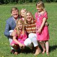 Le prince Willem-Alexander et le princesse Maxima des Pays-Bas, comme chaque année, ont pris la pose avec leurs filles les princesses Catharaina-Amalia, Alexia et Ariane, désormais âgées de 8, 7 et 5 ans, pour fêter l'arrivée des vacances d'été. Le 7 juillet 2012, la séance photo a eu lieu dans le parc de la résidence familiale à Wassenaar, la villa Eikenhorst.