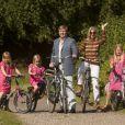 En vidéo, la séance photo ! Le prince Willem-Alexander et le princesse Maxima des Pays-Bas, comme chaque année, ont pris la pose avec leurs filles les princesses Catharaina-Amalia, Alexia et Ariane, désormais âgées de 8, 7 et 5 ans, pour fêter l'arrivée des vacances d'été. Le 7 juillet 2012, la séance photo a eu lieu dans le parc de la résidence familiale à Wassenaar, la villa Eikenhorst.