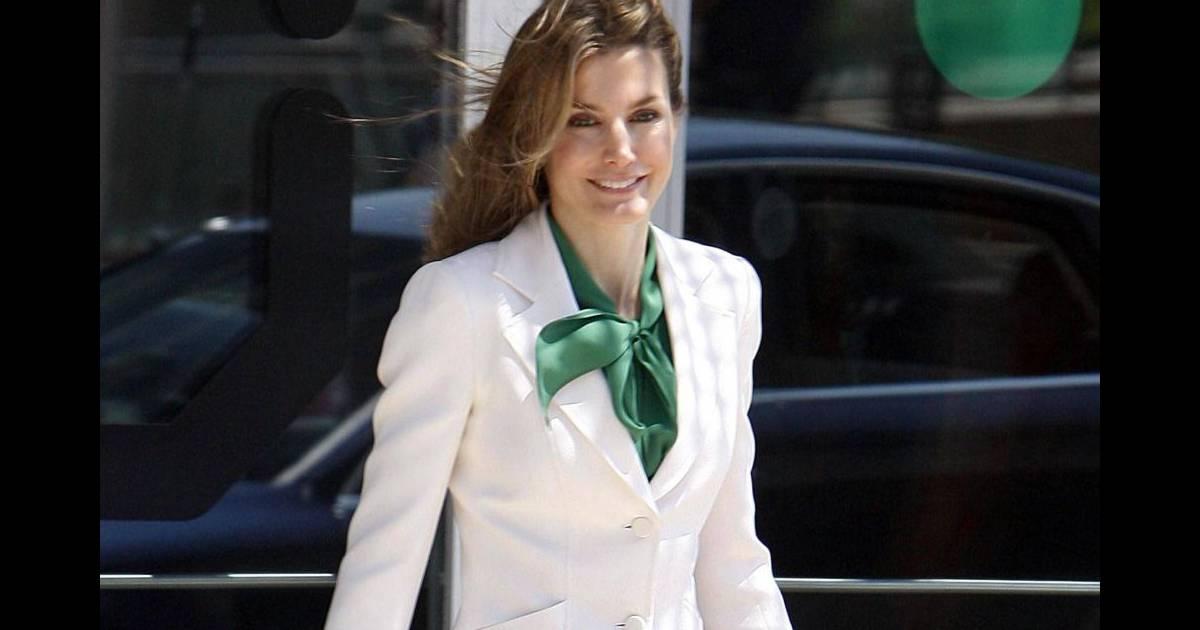 superbe en tailleur blanc et chemisier vert la princesse letizia d 39 espagne pr sidait la cl ture. Black Bedroom Furniture Sets. Home Design Ideas