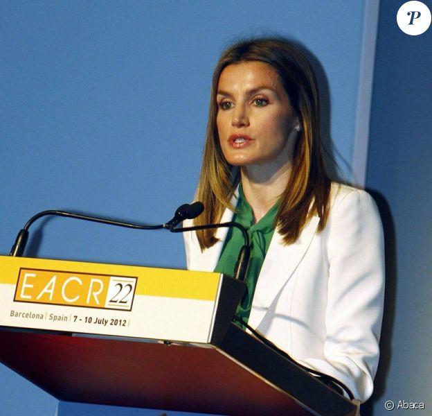 La princesse Letizia d'Espagne lors de son discours de clôture du 22e congrès de l'European Association for Cancer Research (EACR), à Barcelone le 10 juillet 2012.