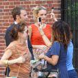 Blake Lively dans les rues de New York sur le tournage de Gossip Girl. L'actrice se fait chouchouter sur le plateau entre deux prises. Le 17 juillet 2012