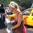 Kate Hudson sort de son taxi tête baissée à New York le 17 juillet 2012