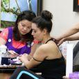 Kim Kardashian s'offre un soin complet, manucure-pédicure et massage, dans le salon de beauté Beverly Hills Nail Design. Beverly Hills, le 18 juillet 2012.