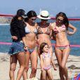 Alessandra Ambrosio entourée d'amies et de sa fille Anja qui fait le show en prenant la pose ! Los Angeles le 22 juillet 2012