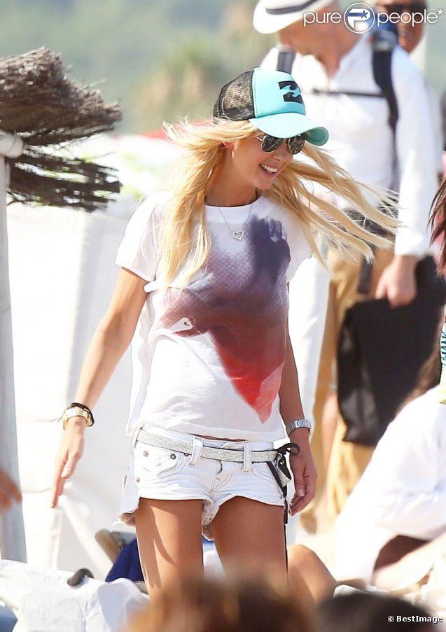 Tara Reid rayonnante le 24 juillet 2012, quelques jours après son hospitalisation en sortant du Club 55 à Saint-Tropez