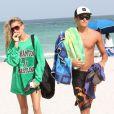 Hailey Baldwin accompagné d'un bel Apollon à Miami sous le soleil de Floride le 24 juillet 2012