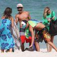Hailey Baldwin profite d'une journée à la plage avec ses amis à Miami sous le soleil de Floride le 24 juillet 2012