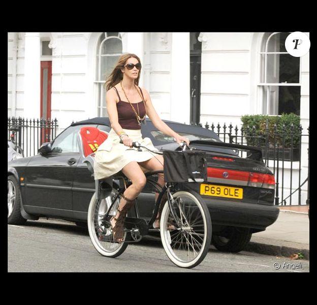Elle Macpherson et son fils rentrent de l'école à vélo...