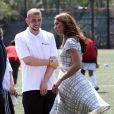 Attention aux coups de vent ! Kate Middleton, le prince William et le prince Harry, ambassadeurs de la Team GB pour les JO de Londres 2012, inauguraient ensemble le projet de formation de coachs Coach Core, le 26 juillet 2012 au Bacon College de Rotherhithe (sud-est de Londres).