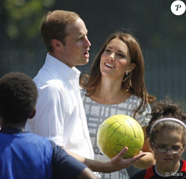 La bonne humeur était au rendez-vous ! Kate Middleton, le prince William et le prince Harry, ambassadeurs de la Team GB pour les JO de Londres 2012, inauguraient ensemble le projet de formation de coachs Coach Core, le 26 juillet 2012 au Bacon College de Rotherhithe (sud-est de Londres).